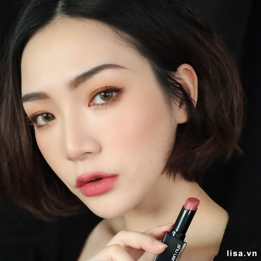 Màu son hồng đất của Shu 946 phù hợp với nhiều phong cách
