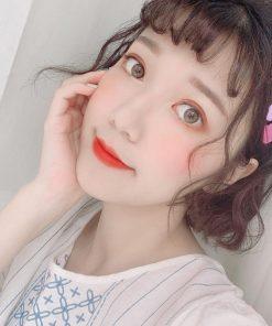 Sắc đỏ cam trên Shu Uemura 570 nổi bật rạng rỡ
