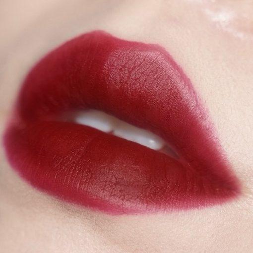 Son YSL Slim 18 Reverse Red lên môi cuốn hút, bật cá tính
