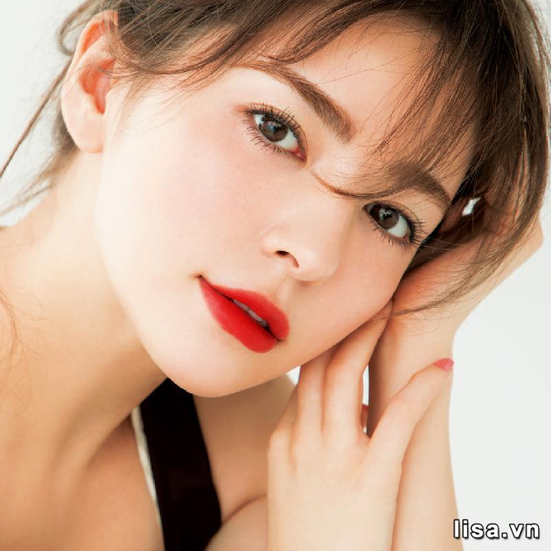 Màu đỏ cam của son Dior 777 Ultra star phù hợp với nhiều style makeup