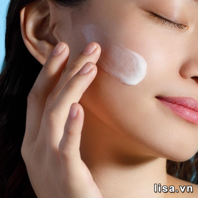 Ngoài chống nắng, Sữa chống nắng Anessa Perfect UV Sunscreen Skincare Milk SPF50+/PA++++ còn cấp ẩm dưỡng da sáng mịn