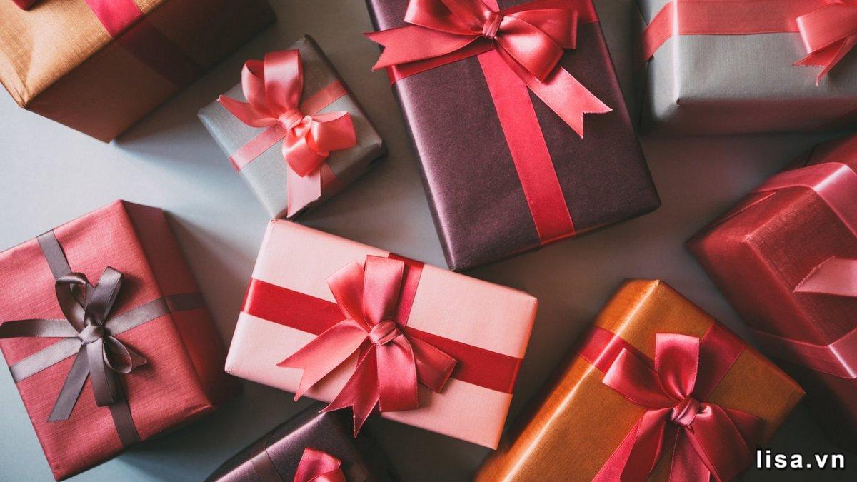 Với những món quà nhỏ, các bạn nên bọc lại cẩn thận hoặc bỏ trong túi giấy nhỏ xinh