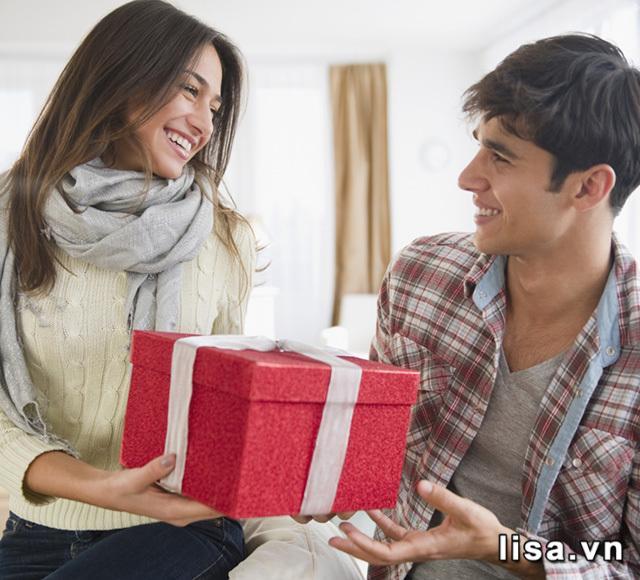Có nên tặng quà cho bạn gái mới quen? Có nhé, vì bạn sẽ tạo thiện cảm đấy