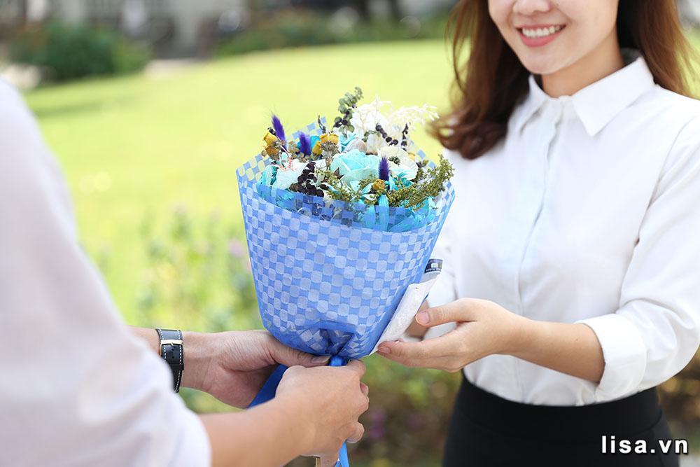 Hoa - Món quà tặng bạn gái mới quen truyền thông nhưng không bao giờ cũ