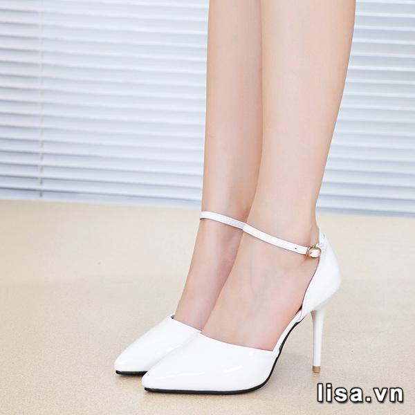Tặng giày trắng biểu đạt xin lỗi chân thành