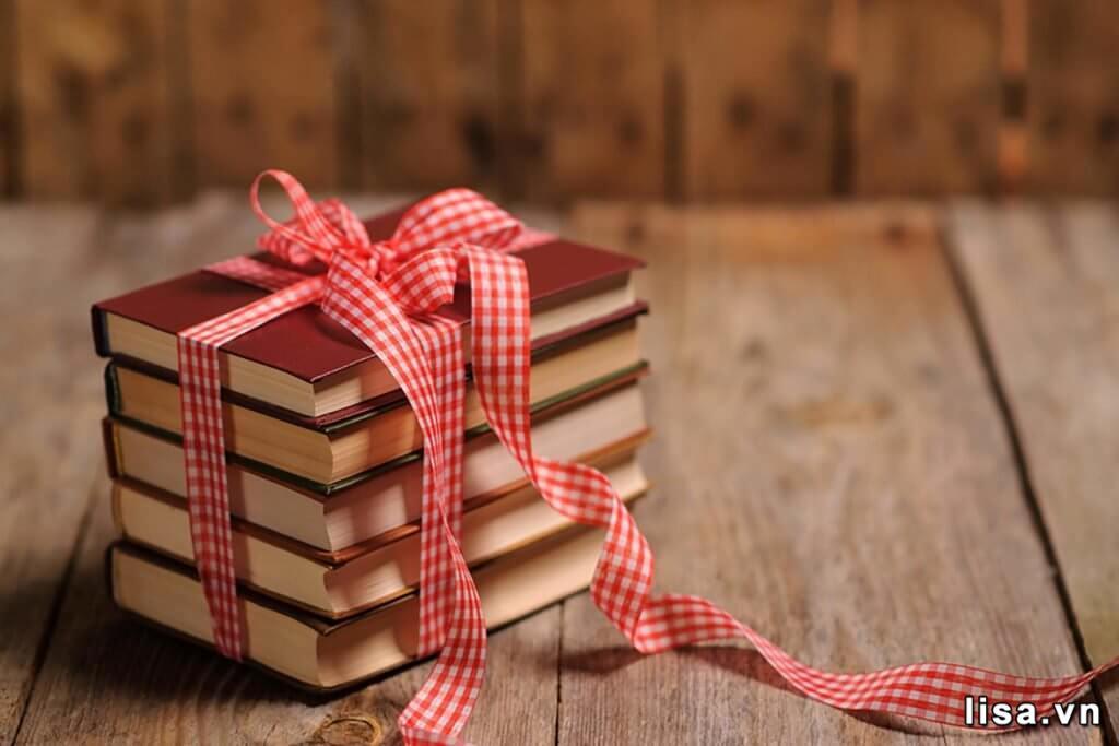 Sinh nhật người yêu cũ nên tặng gì? Tặng sách mang ý nghĩa nâng niu, trân trọng