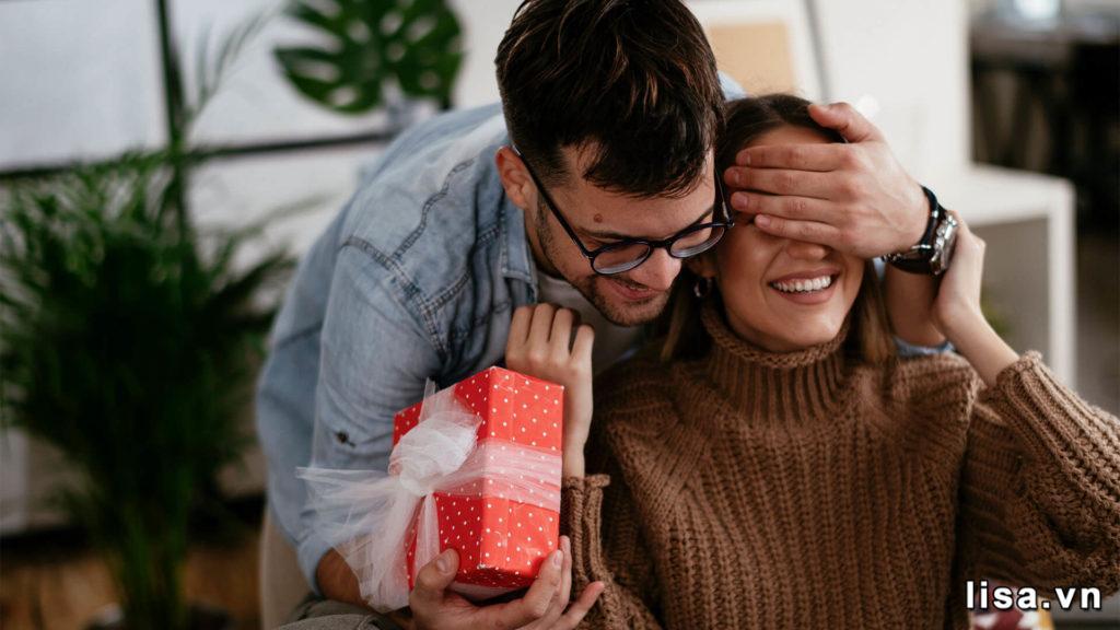 """""""Nên nói gì khi tặng quà cho bạn gái?"""" những lời nói ngọt ngào các nàng luôn muốn nghe"""