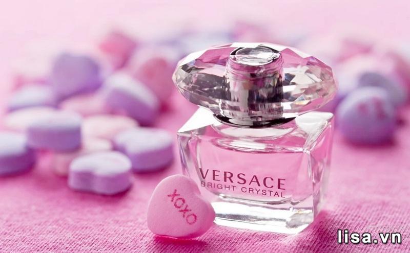 Versace Bright Crystal Absolu có hương thơm ngọt ngào, thanh mát từ hoa trái
